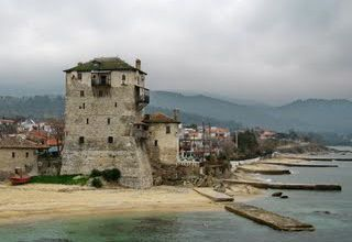 Ouranopouli, a Byzantin tower dominating the port where boats leave to Daphni port and the monastaires visit (photo Carlos Arruda)